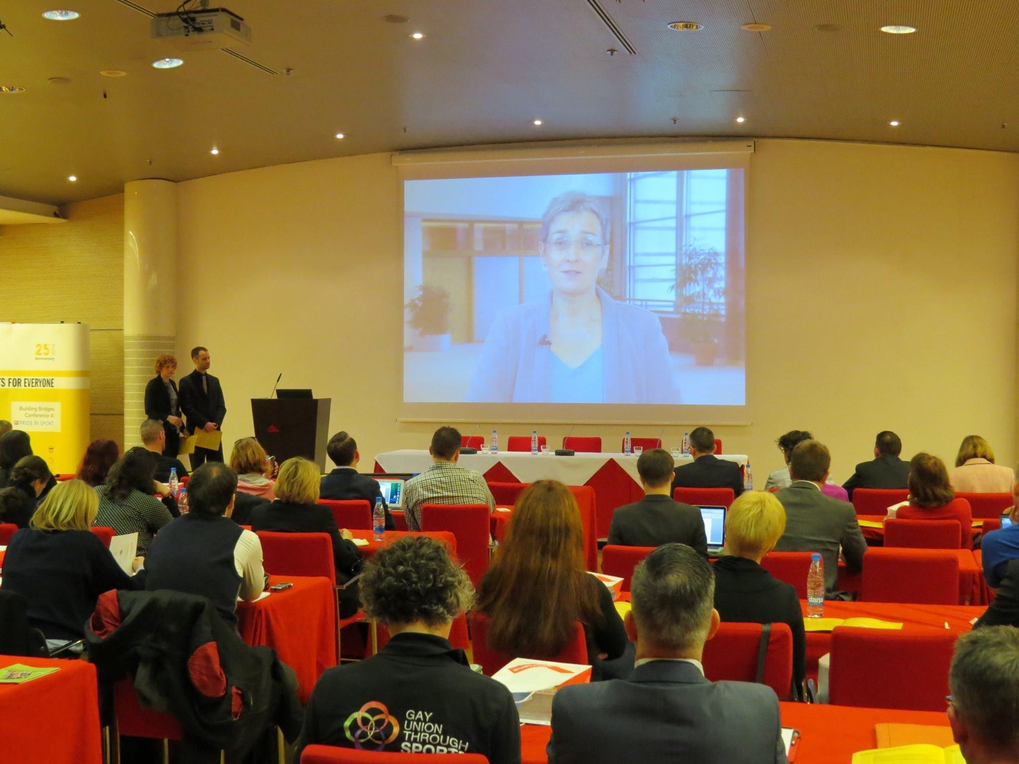 Sveikinimo-kalbą-sako-Ulrike-Lunacek-Europos-Parlamento-LGBT-teisių-grupės-prezidentė