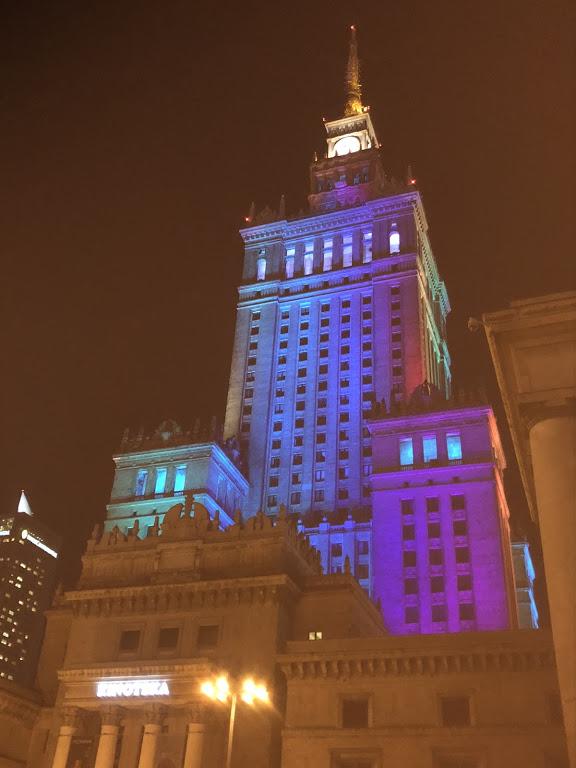Vaivorykštės spalvų vėliava nušviesti Varšuvos Kultūros ir mokslo rūmai