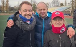 """Dominykas Vaitiekūnas su mama Jolanta ir tėčiu, Panevėžio futbolo klubo """"Panevėžys"""" direktoriumi."""